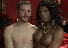 Malignant tranny deepthroats small white dick to bounce blindfolded guy